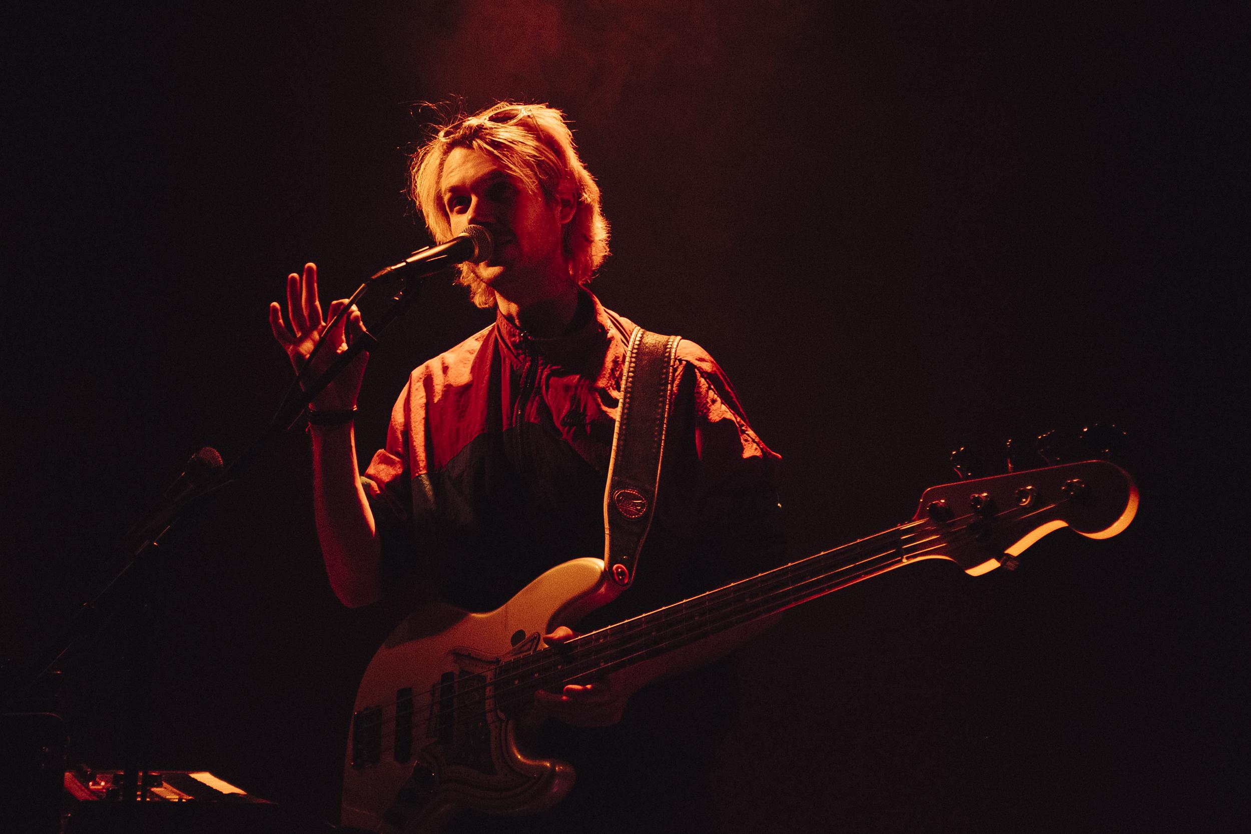 Nick Furrer a.k.a. Haubi Songs mit Bassgitarre.
